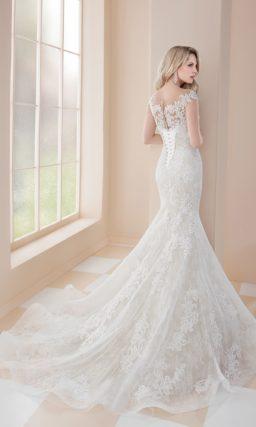 Свадебное платье «русалка» с глубоким вырезом и изящным шлейфом.