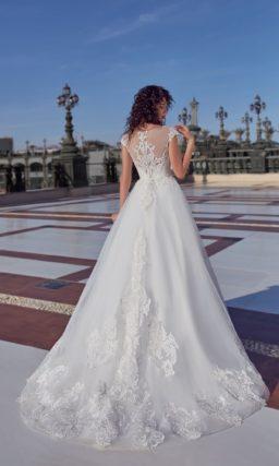 Пышное свадебное платье с крупной кружевной отделкой и фактурным верхом.