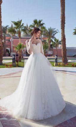 Очаровательное свадебное платье с рукавом широкого кроя и пышной юбкой.