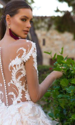 Пышное свадебное платье персикового цвета с полупрозрачным верхом.
