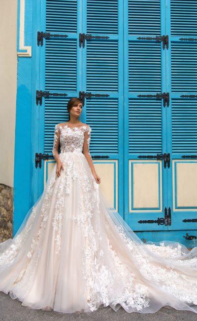 Пышное свадебное платье с выразительной кружевной отделкой по всей длине.