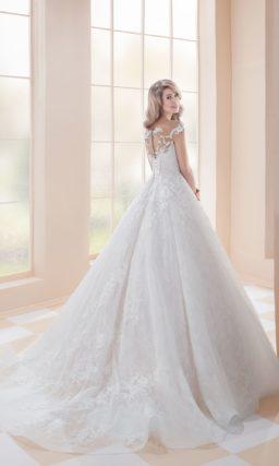 Свадебное платье с многослойной юбкой и отделкой аппликациями по всей длине.