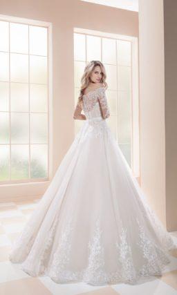 Пышное свадебное платье с роскошной кружевной отделкой и открытым верхом.