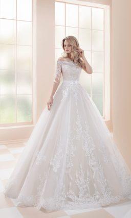 свадебное платье с роскошной кружевной отделкой и открытым верхом.