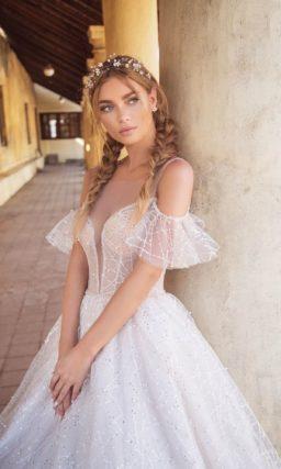 Свадебное платье с открытым лифом и кружевной пышной юбкой.