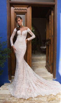 Пудровое свадебное платье «русалка» с длинным рукавом и открытой спинкой.