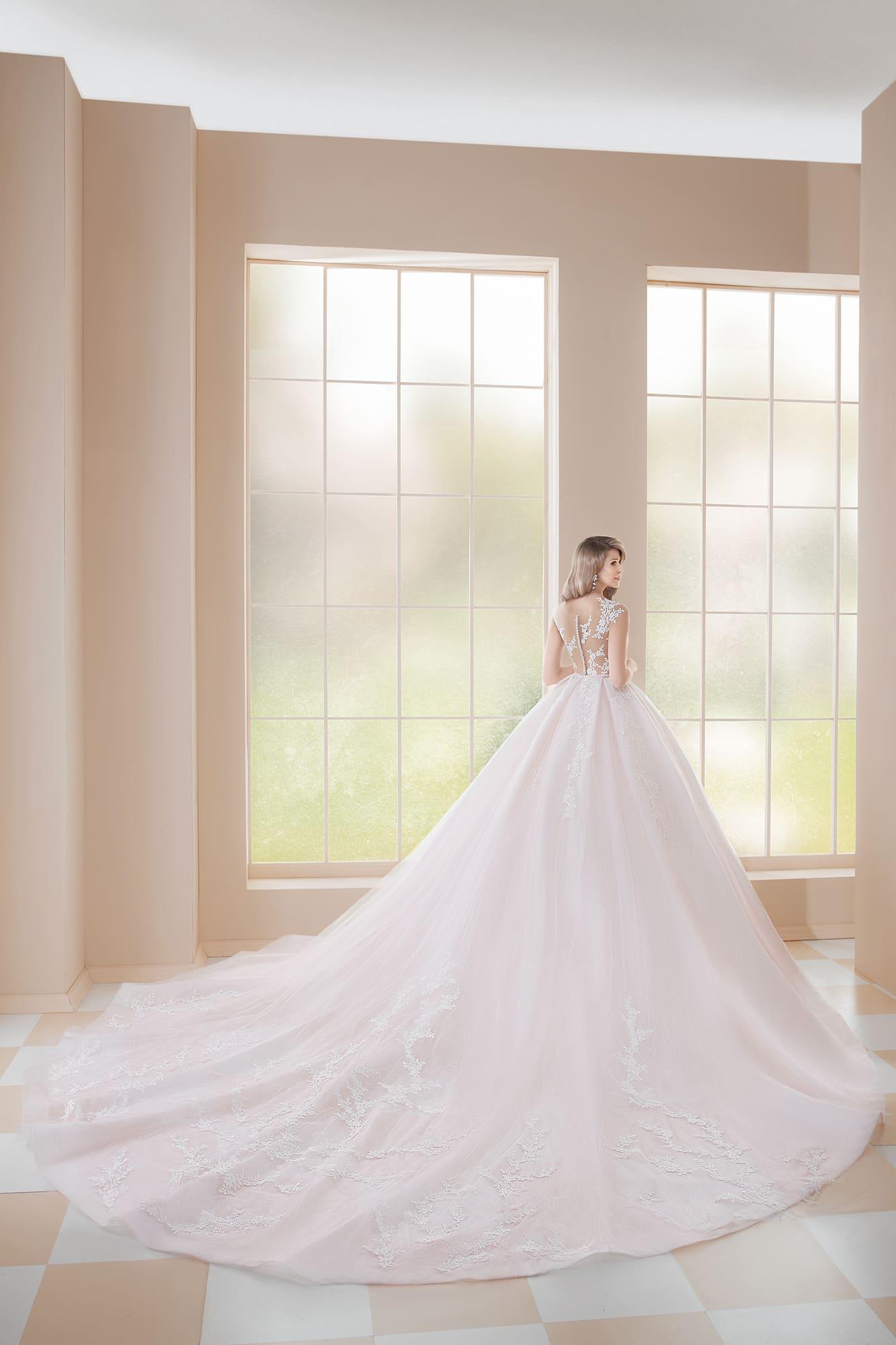 Пышное свадебное платье в кремовых тонах, с невероятно длинным шлейфом.