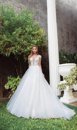 Романтичное свадебное платье пышного кроя с коротким рукавом.