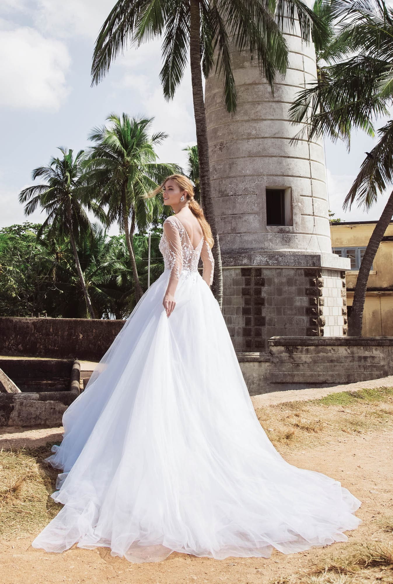 Свадебное платье пышного силуэта с длинным рукавом из тонкой ткани.