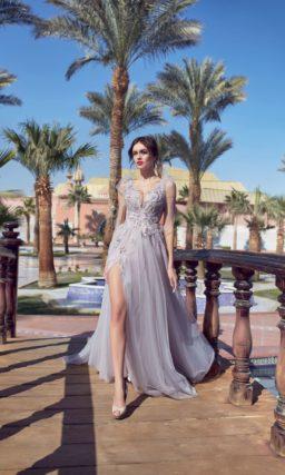 Лавандовое свадебное платье с многослойной юбкой с высоким разрезом.