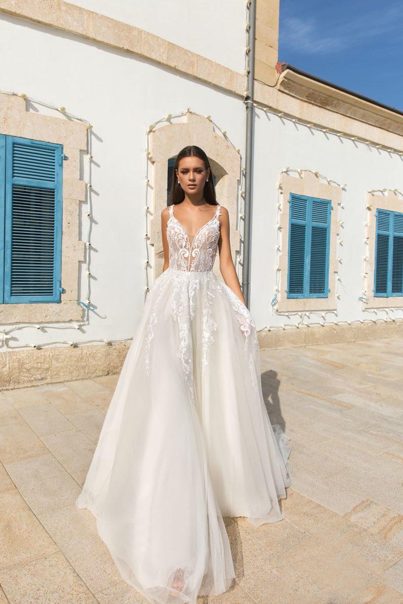 Свадебное платье с облегающим кружевным верхом и пышным подолом.