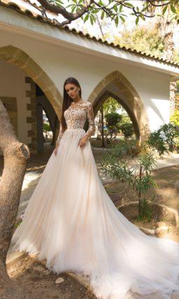 Пышное свадебное платье в бежевых тонах, с длинным рукавом.
