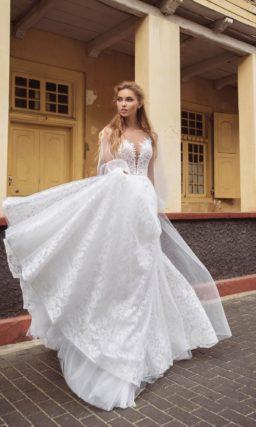 Свадебное платье с многослойной кружевной юбкой и открытым верхом.