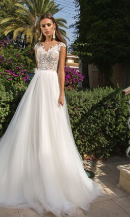 Очаровательное свадебное платье с открытой спинкой и кружевным корсетом.