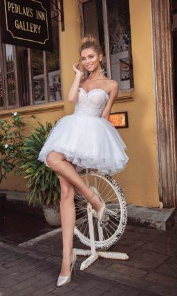 Короткое свадебное платье с лифом «сердечком» и пышной юбкой.