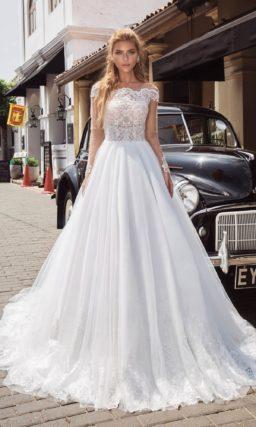 Свадебное платье с длинным рукавом и портретным вырезом лифа.