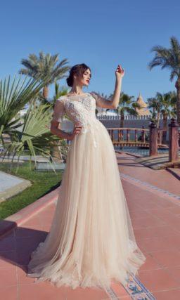Пудровое свадебное платье с коротким рукавом и вырезом на спине.
