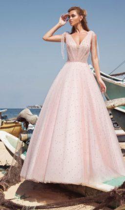 Пышное свадебное платье розового цвета, декорированное бусинами.