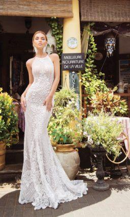 Свадебное платье «русалка» с американской проймой и кружевной отделкой.