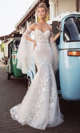 Свадебное платье «рыбка» на бежевой подкладке, с открытым лифом.