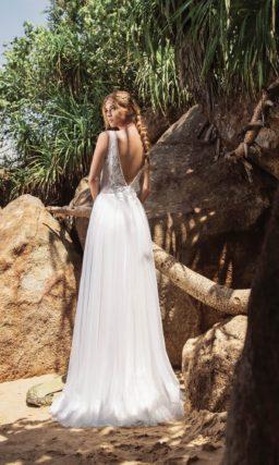 Свадебное платье прямого кроя с глубоким вырезом и кружевом.