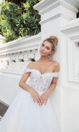 Пышное свадебное платье с кружевом по низу подола и открытым лифом.
