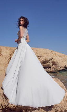 Прямое свадебное платье с закрытым лифом без рукава и шлейфом.