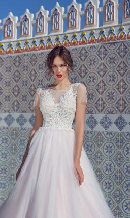 свадебное платье с фактурным декором корсета и прямым рукавом.
