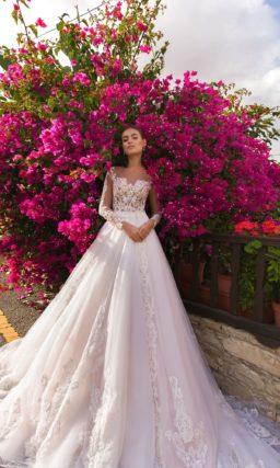 Пышное свадебное платье розового цвета с эффектным кружевным декором.