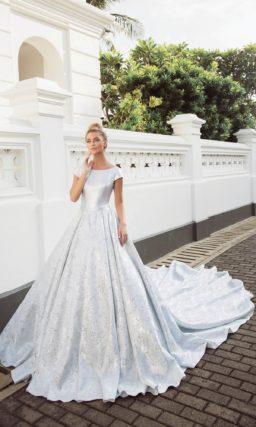 Свадебное платье из атласной ткани, с коротким рукавом и пышной юбкой.