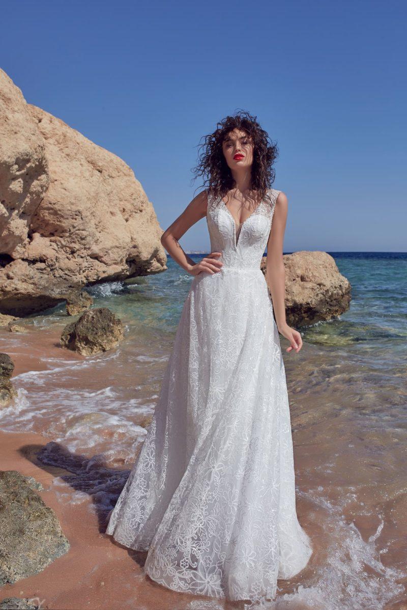Воздушное свадебное платье с кружевом по всей длине и открытой спинкой.