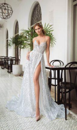 Свадебное платье с сияющим декором и открытым лифом на тонких бретелях.