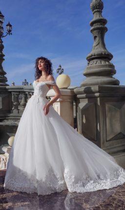 Свадебное платье с портртетным декольте и аппликациями по подолу.