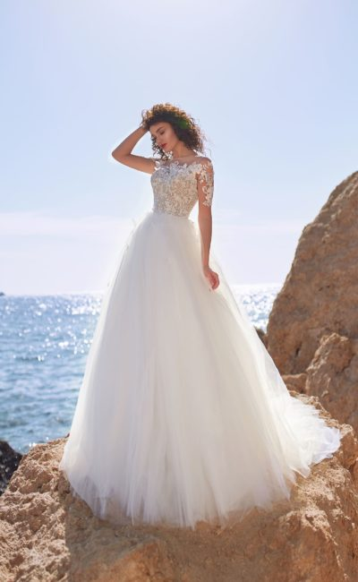 Пышное свадебное платье с кружевным верхом с коротким прозрачным рукавом.