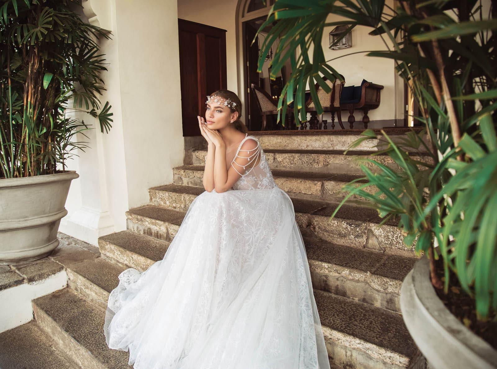 Открытое свадебное платье, по всей длине покрытое кружевом.