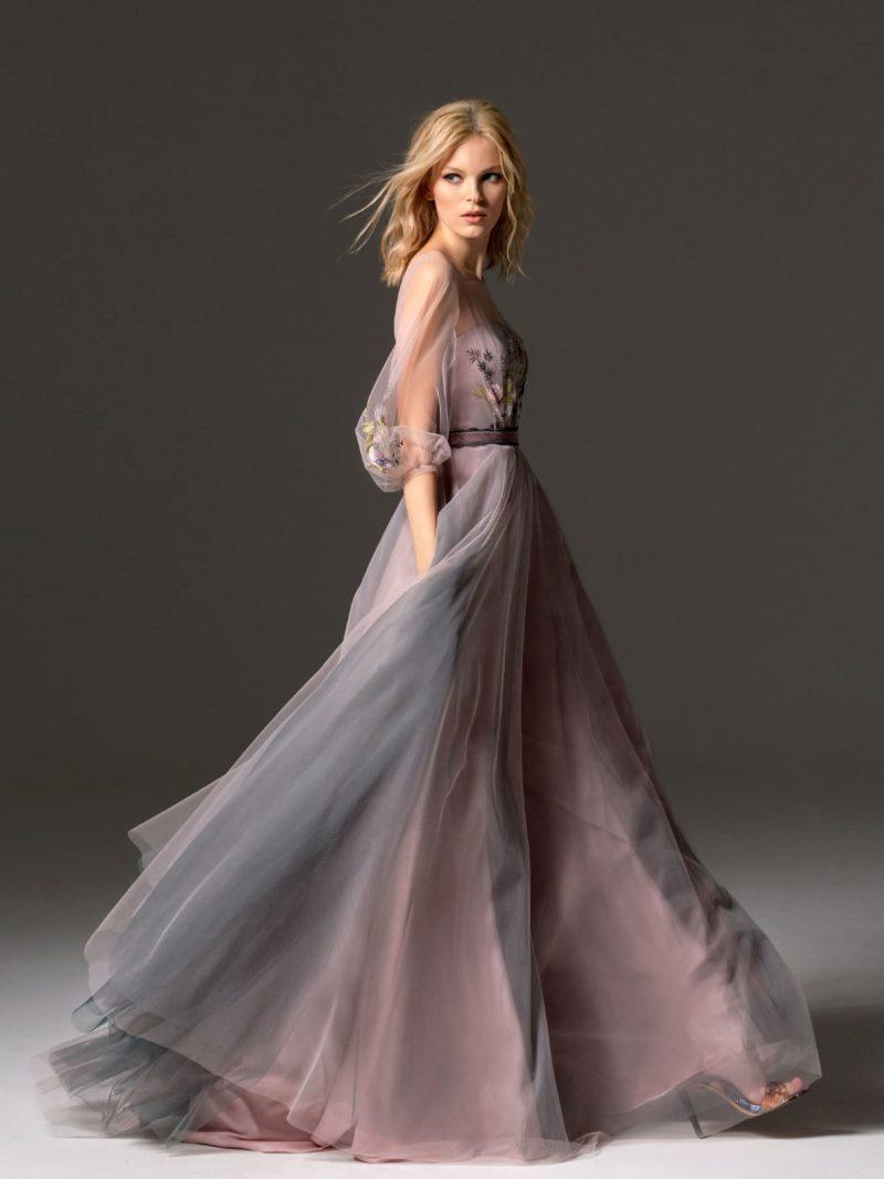 Розовое вечернее платье пышного силуэта с длинным полупрозрачным рукавом.
