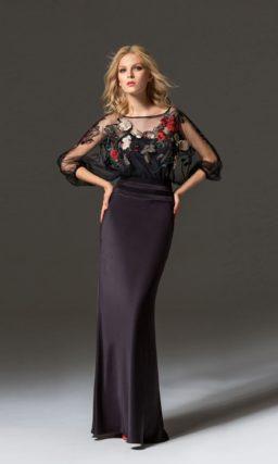 Черное вечернее платье облегающего кроя с цветочной отделкой.