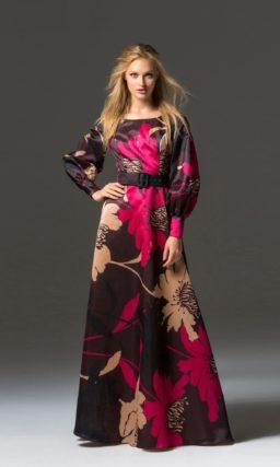 Цветное вечернее платье с длинным рукавом и широким поясом.