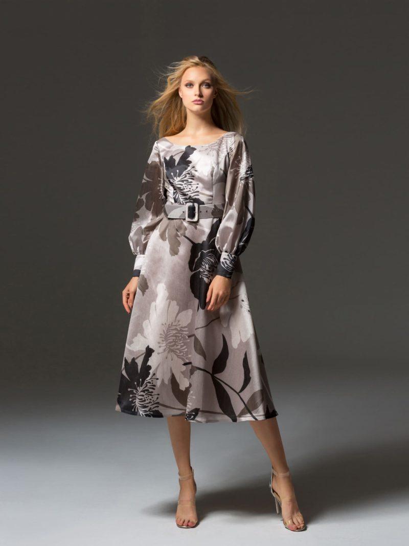Женственное вечернее платье с цветочным рисунком и длинным рукавом.