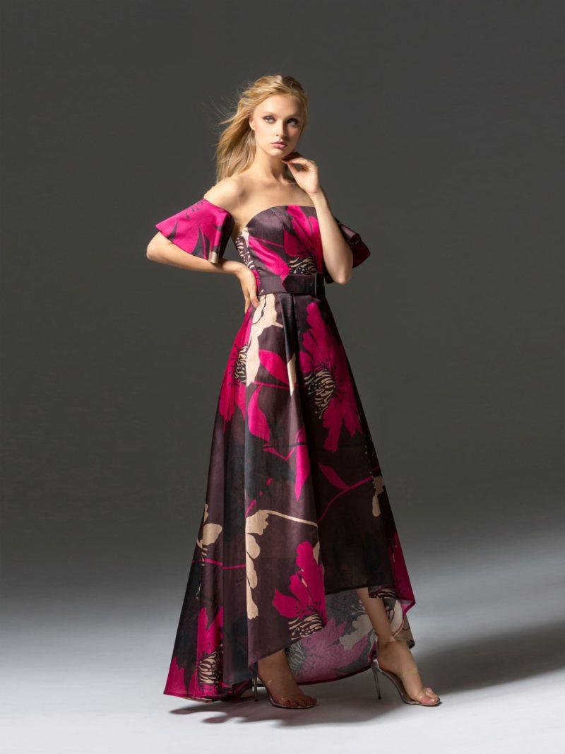 Яркое вечернее платье с открытым лифом и укороченным подолом.