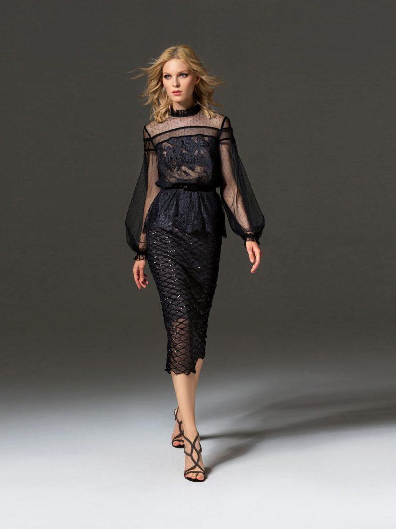 Черное вечернее платье с полупрозрачными рукавами и юбкой ниже колена.