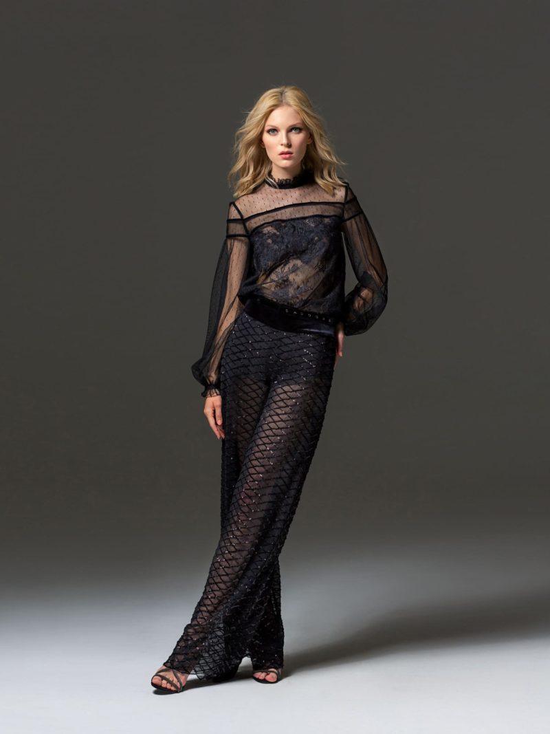 Черное вечернее платье с воротником-стойкой и длинным рукавом.
