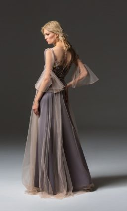 Вечернее платье с юбкой в пол и полупрозрачным верхом.