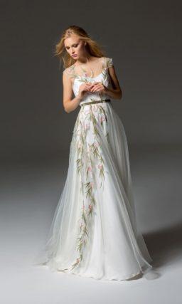 Белое вечернее платье с цветочной вышивкой и юбкой в пол.