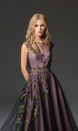 Фиолетовое вечернее платье с закрытым лифом и юбкой в пол.