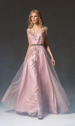 Розовое вечернее платье с юбкой в пол и зеленым поясом.