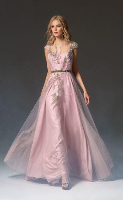 Розовое платье с цветочным декором