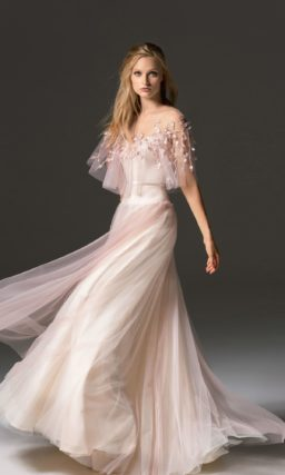 Персиковое вечернее платье с оборкой на лифе и пышной юбкой длиной в пол.