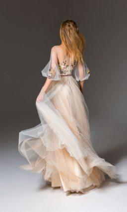 Кремовое вечернее платье с тонким верхом и объемной юбкой в пол.