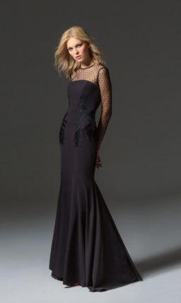 Черное вечернее платье с длинным рукавом и полупрозрачной спинкой.